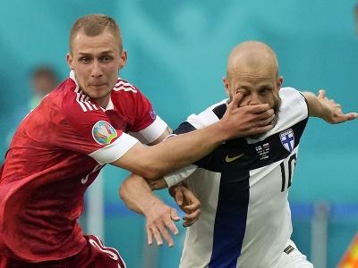 Dmitri Barinov a Teemu Pukki v súboji