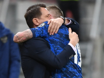 Tréner slovenskej reprezentácie Štefan Tarkovič a Juraj Kucka sa radujú z výhry nad Ruskom