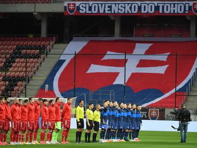 Ruská futbalová reprezentácia (vľavo) a slovenský tím (vpravo) stoja počas hymny pred začiatkom kvalifikačného zápasu H-skupiny