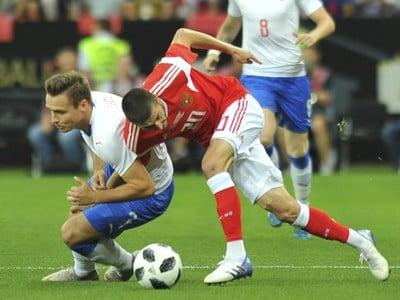 Alexej Ionov a Stanislav Tecl v súboji o loptu