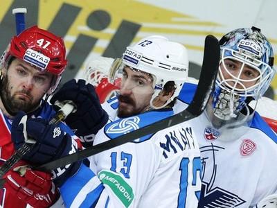 Samvel Mnacjan (v strede)