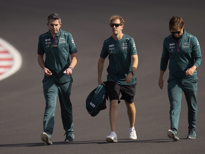 Sebastian Vettel (uprostred) sa