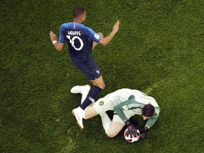 Kylian Mbappé a zasahujúci Thibaut Courtois