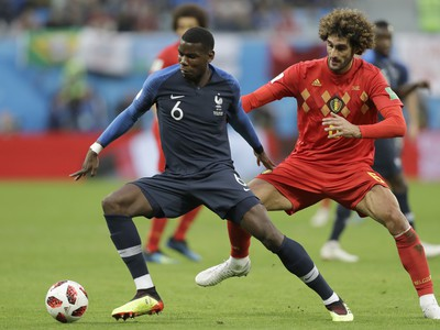 Paul Pogba a Marouane Fellaini v súboji o loptu
