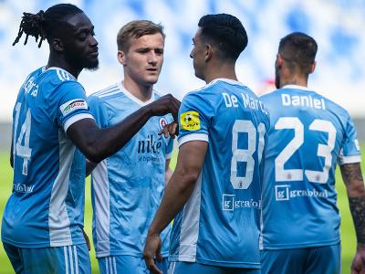 Hráči Slovana oslavujú gól,