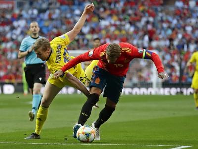 Švédsky futbalista Emil Forsberg (vľavo) a Španiel Sergio Ramos bojujú o loptu