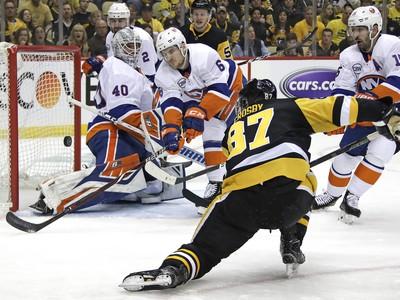 Sidney Crosby sa neúspešne snaží dostať puk do brány Robina Lehnera