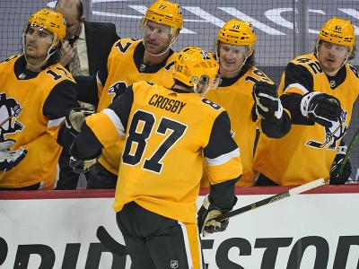 Sidney Crosby oslavuje so spoluhráčmi