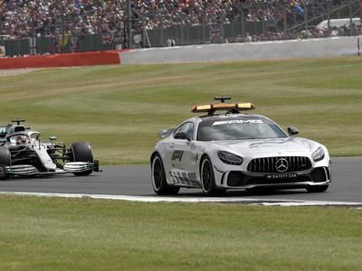 Lewis Hamilton a safety car