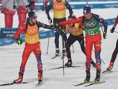 Na snímke slovenský biatlonista Šimon Bartko (vľavo) preberá štafetu od Tomáša Hasillu (vpravo) počas štafety mužov