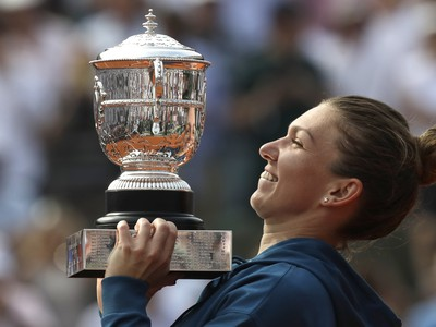 Simona Halepová s víťazným pohárom