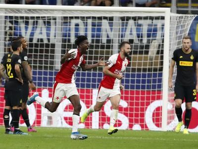 Peter Olayinka oslavuje gól