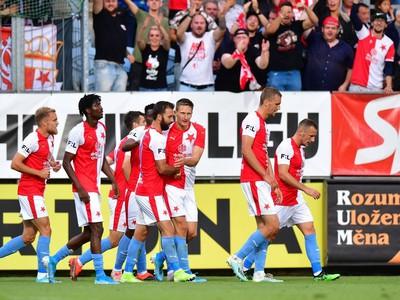 Hráči Slavie oslavujú gól