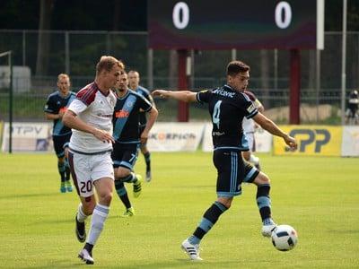 Zľava: Ján Krivák zo ŽP Šport Podbrezová a Vukan Savićević z ŠK Slovan Bratislava