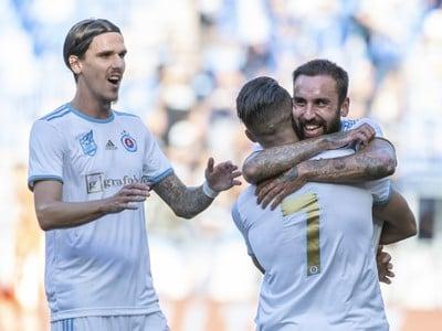 Na snímke sprava strelec gólu Nono, Moha a Dávid Holman (všetci Slovan)