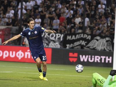 Na snímke Dávid Holman (Slovan) sleduje loptu po strelení gólu z kopačky Jurija Medvedeva
