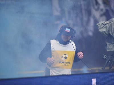 Na snímke útok na kameramana RTVS zo strany fanúšikov Slovana