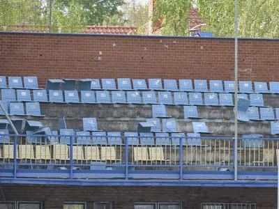 Na snímke vytrhané stoličky v sektore fanúšikov Slovana
