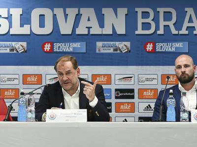 Na snímke nový tréner futbalového klubu ŠK Slovan Bratislava Vladimír Weiss (vľavo) počas tlačovej konferencie k jeho oficiálnemu predstaveniu, vpravo generálny riaditeľ ŠK Slovan Bratislava Ivan Kmotrík ml.
