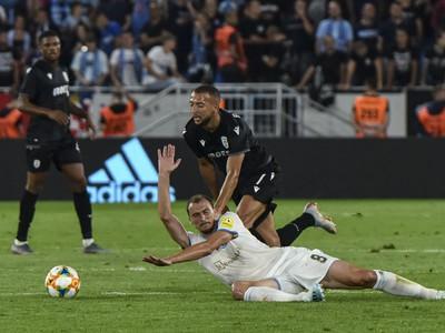 Na snímke v popredí Marin Ljubičič (ŠK Slovan Bratislava), za ním Omar El Kaddouri (PAOK Solún)