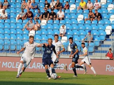 Zľava: Alen Mustafić z FC Nitra a Joeri De Kamps z ŠK Slovan Bratislava