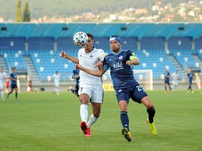 Zľava: Armen Hovhannisyan z FC Nitra a Vasil Bozhikov z ŠK Slovan Bratislava