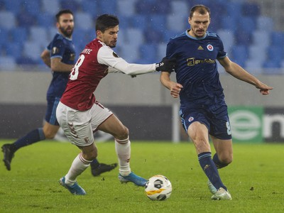 Na snímke vľavo Rui Fonte (Braga) a vpravo Marin Ljubičič (Slovan)