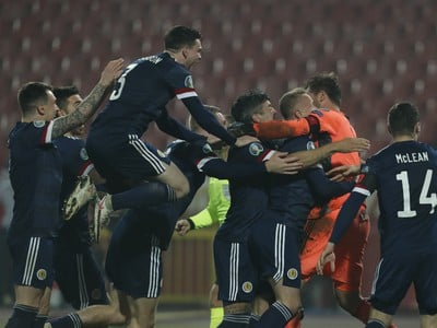 Postupové oslavy futbalistov Škótska po barážovom triumfe v Srbsku