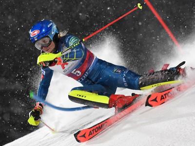 Americká lyžiarka Mikaela Shiffrinová na trati počas 1. kola nočného slalomu Svetového pohára žien v rakúskom Flachau