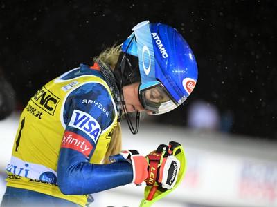 Mikaela Shiffrinová reaguje v cieli druhého kola úvodného slalomu novej sezóny Svetového pohára