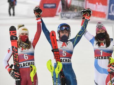 Americká lyžiarka Mikaela Shiffrinová (uprostred) sa teší v cieli z víťazstva v nočnom slalome Svetového pohára žien v rakúskom Flachau