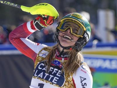 Oslavujúca Katharina Liensbergerová v cieli pretekov