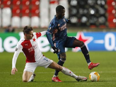 Nicolas Pepe kontroluje loptu pred hráčom Slavie
