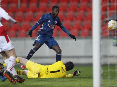 Nicolas Pepe strieľa gól do siete Slavie