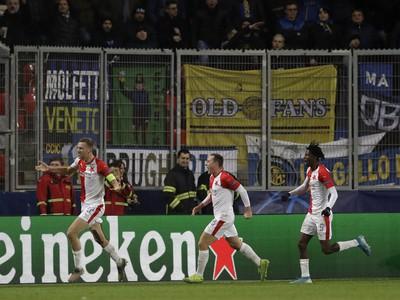 Tomáš Souček (vľavo) zo Slavie Praha sa teší z gólu
