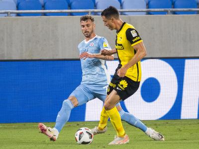Aleksandar Čavrič (Slovan) a Vincent Sierro v súboji o loptu