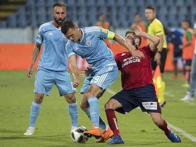 Na snímke vľavo hráč Slovana Vasil Božikov a Thomas Murg (Rapid Viedeň)