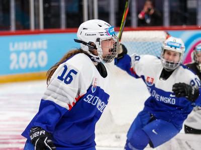 Mladé slovenské hokejistky oslavujú