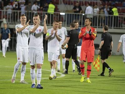 Slovenskí futbalisti v pozápasovej ďakovačke po hladkom triumfe v Baku