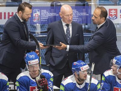 Uprostred tréner Slovenska Craig Ramsay a jeho asistenti vľavo Andrej Podkonický a vpravo Ján Pardavý