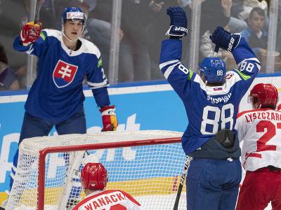 Slovenskí hokejisti Kristián Pospíšil (druhý vpravo) a Adam Ružička (vľavo) sa radujú z gólu, uprostred Jakub Wanacki (Poľsko)