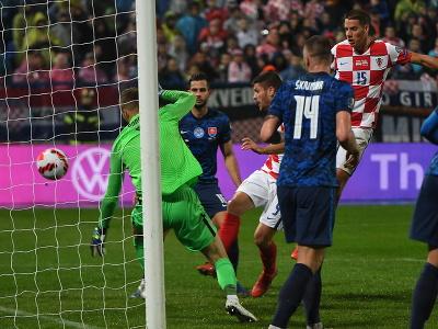 Chorvátsky futbalista Andrej Kramarič (štvrtý sprava) strieľa vyrovnávajúci gól na 1:1 za chrbát slovenského brankára Mareka Rodáka