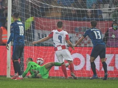 Brankár slovenskej futbalovej reprezentácie Marek Rodák inkasuje vyrovnávajúci gól na 2:2
