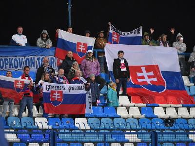 Slovenskí fanúšikovia povzbudzujú počas kvalifikačného zápasu H-skupiny o postup na futbalové MS 2022 Chorvátsko - Slovensko