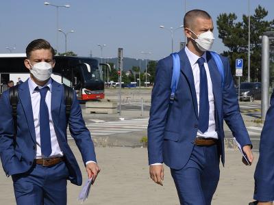 Na snímke slovenskí futbaloví reprezentanti, vľavo Tomáš Suslov a vpravo Denis Vavro pred odletom do Petrohradu