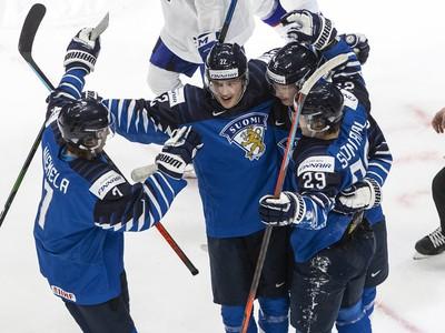Fínsky hráči sa radujú z gólov do siete Slovenska