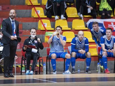 Slovenská striedačka a vľavo tréner tímu Marián Berky