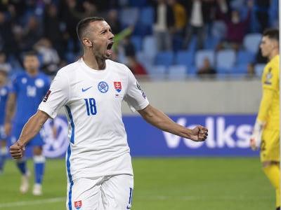 Na snímke slovenský útočník Ivan Schranz oslavuje gól