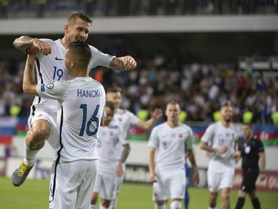 Dávid Hancko (16) a Juraj Kucka oslavujú gól