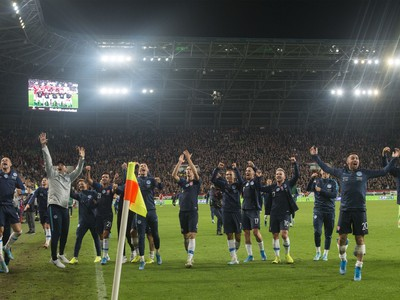 Na snímke radosť slovenských futbalistov po víťazstve